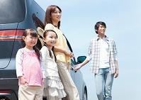 車にもたれている日本人家族