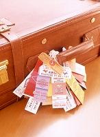 スーツケースとタグ