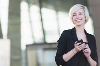 スマートフォンを持つ外国人女性