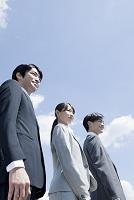 遠くを見つめる日本人ビジネスパーソン