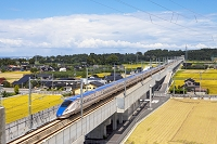 富山県 田園地帯を走るE7系
