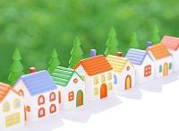 粘土の家と新緑