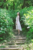 階段を上る日本人女性