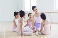 バレエ教室の先生と生徒たち
