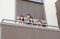 ベランダにいる日本人家族