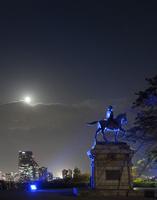 伊達政宗騎馬像と仙台市夜景