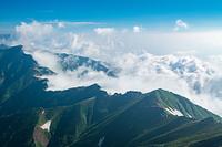 五竜岳山頂から見る五竜山荘と白馬方面