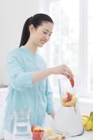 ミキサーの前に立つ日本人女性