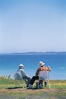 水辺に座る熟年カップル