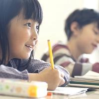 勉強をする日本人の小学生の横顔