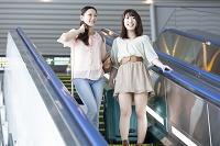 エスカレーターで下る日本人女性達