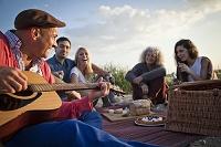 イギリス ドーセット ボーンマスビーチでピクニックする外国人