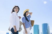 海岸を散歩する20代日本人女性