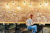 壁際のカウンター席に座る外国人女性