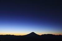 山梨県 櫛形山林道 未明の富士山と夜明けの空