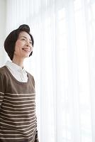 遠くを見る中高年日本人女性