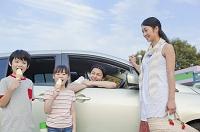 ソフトクリームを食べる子供と両親