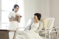 検診を受けるシニア女性と介護士