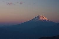 山梨県 櫛形山からの夕日に染まる富士山