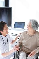 笑顔のシニア日本人女性と医師