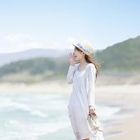 海辺で叫ぶ日本人女性