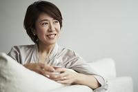ソファでくつろぐ40代日本人女性