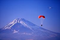 静岡県 富士山とパラグライダー