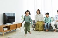 リビングで過ごす日本人の家族