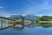 青森県 新緑の鶴の舞橋と岩木山