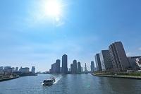 東京都 隅田川と高層ビルと太陽