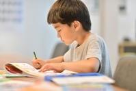 勉強中の男の子