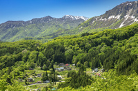秋山郷の集落と残雪の山