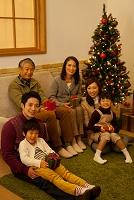 クリスマスプレゼントを持つ3世代日本人家族