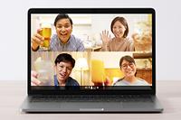 パソコンでオンライン飲み会を楽しむ日本人の若者たち