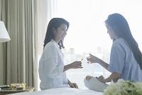 ワインで乾杯する20代日本人女性