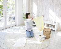洗濯物をたたむ日本人女性
