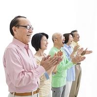 拍手する日本人男女達