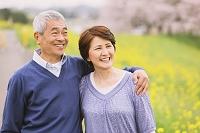 桜とシニア夫婦