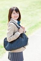 かばんを持つ女子高校生