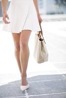街を歩く女性の足元