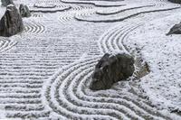 雪の圓光寺 砂紋