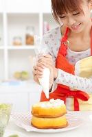 ケーキ作りをしている日本人女性