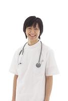 白衣を着た若い医師