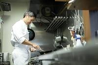調理をする日本人シェフ
