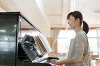 ピアノを弾く保育士