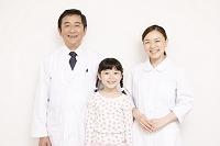 笑顔の病院スタッフと患者