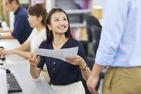 笑顔で話をする日本人ビジネスウーマン