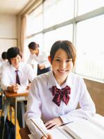 勉強をしている高校生