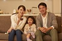 TV鑑賞をする日本人家族