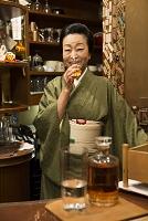 酒を飲む着物の日本人女性